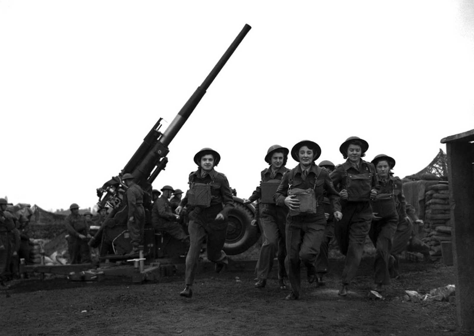 """20 май 1941 г., Лондон: В името на страната си във войната се включват """"Ack-Ack Girls"""", отзовавайки се на всяка сирена и всяко нареждане."""