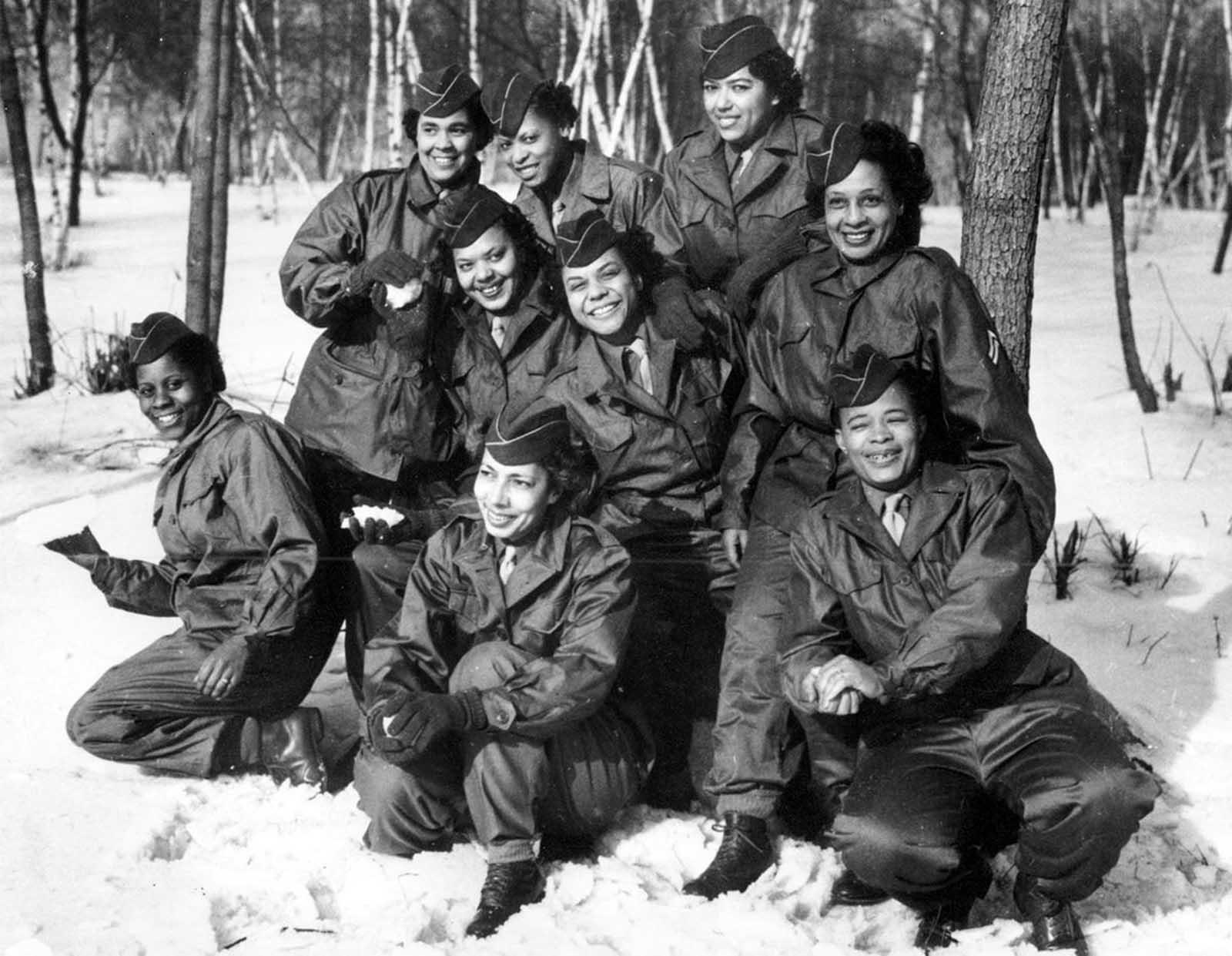 2 февруари 1945 г.: Жени военни застават за снимка преди да тръгнат на мисия