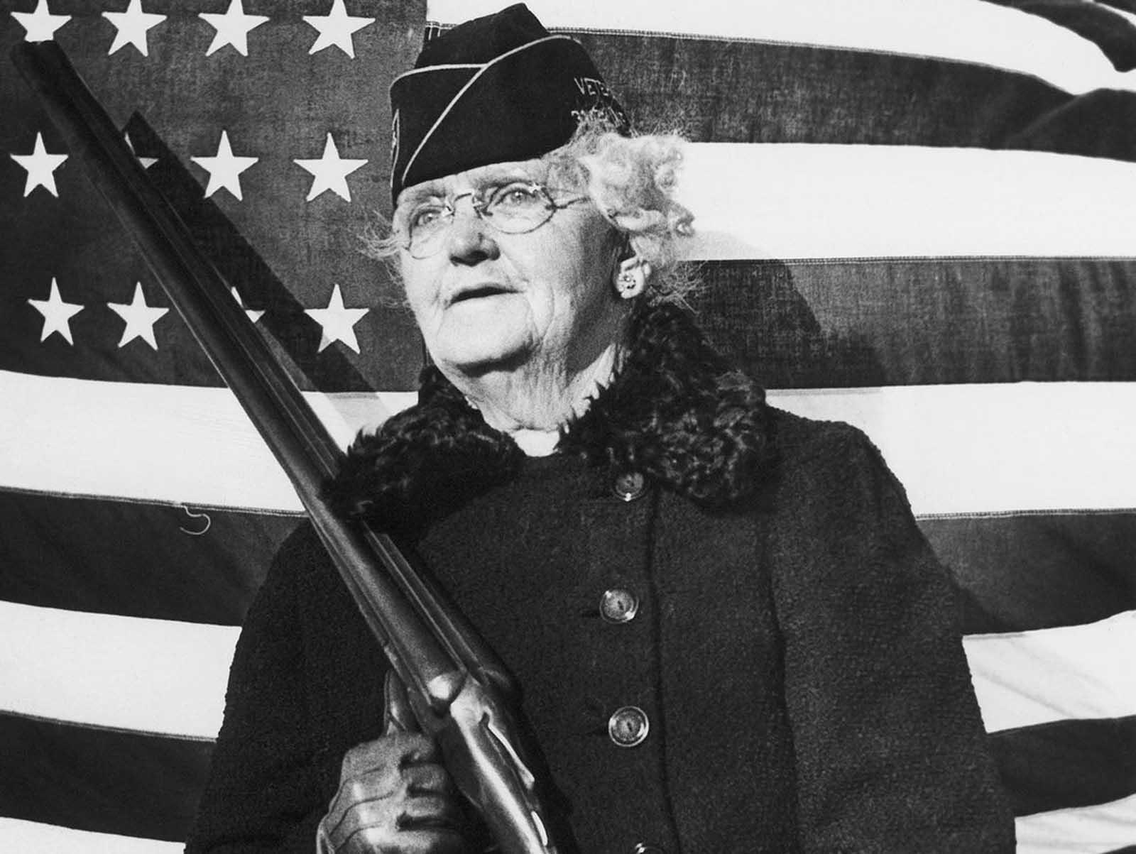 """Мисис Паул Титус, 77 г, Бъкс Каунти, Пенсилвания, 20 декември 1941 г.: """"Мога да извадя оръжието във всеки един момент, в който ме повикат""""."""
