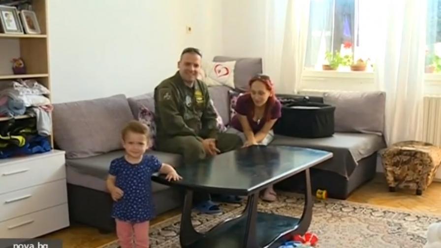 Военният пилот, останал без дом, продължава да пази небето