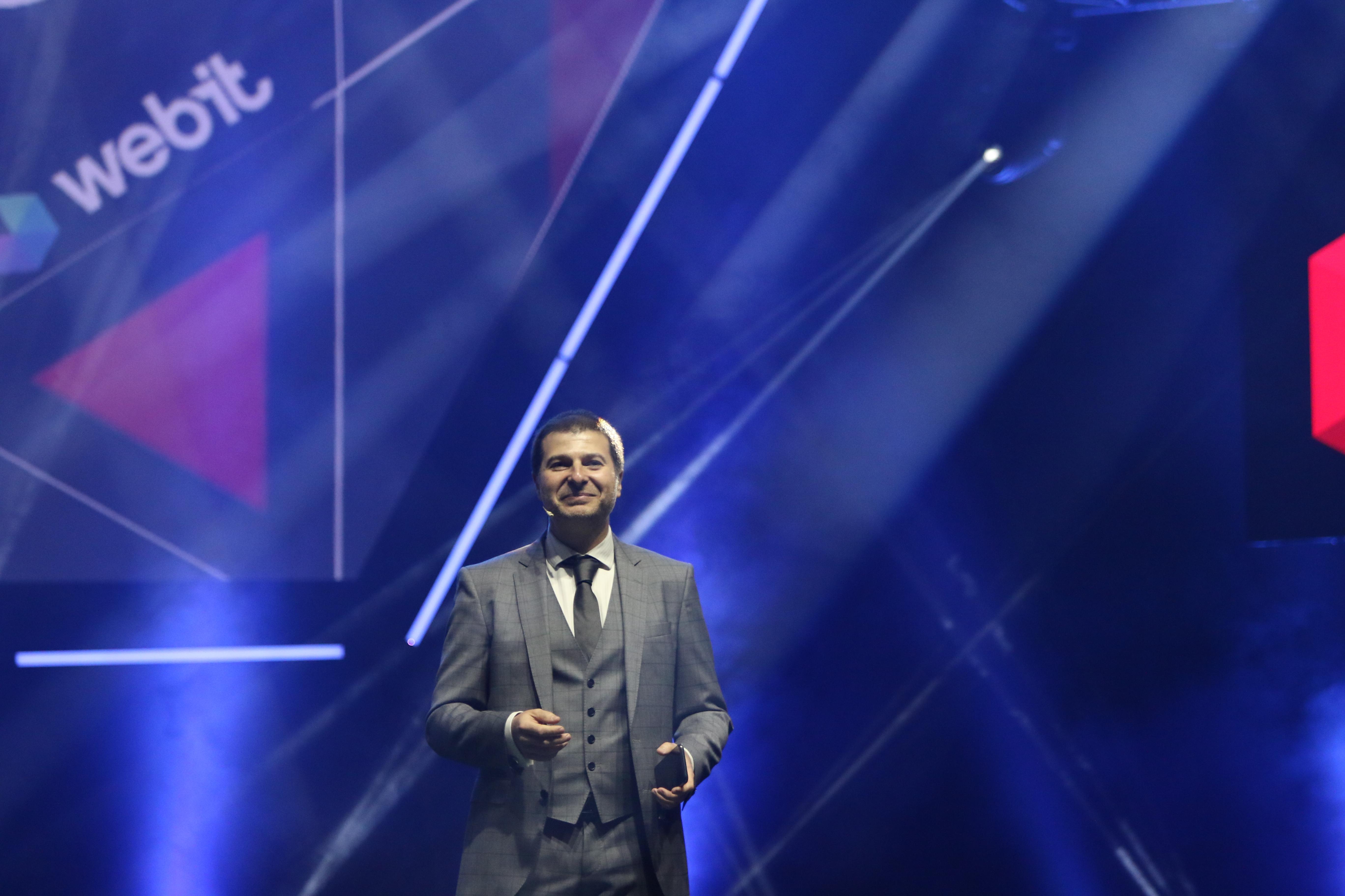 Първият хуманоиден робот-компаньон в света се срещна с българската публика по време на първия ден от най-голямото събитие за дигитални технологии, иновации и предприемачество в Европа - Webit.Festival Europe. Фестивалът се провежда за 11-та поредна година в България и събира едни от водещите инвеститори, иноватори, политици, активисти и предприемачи от цял свят.