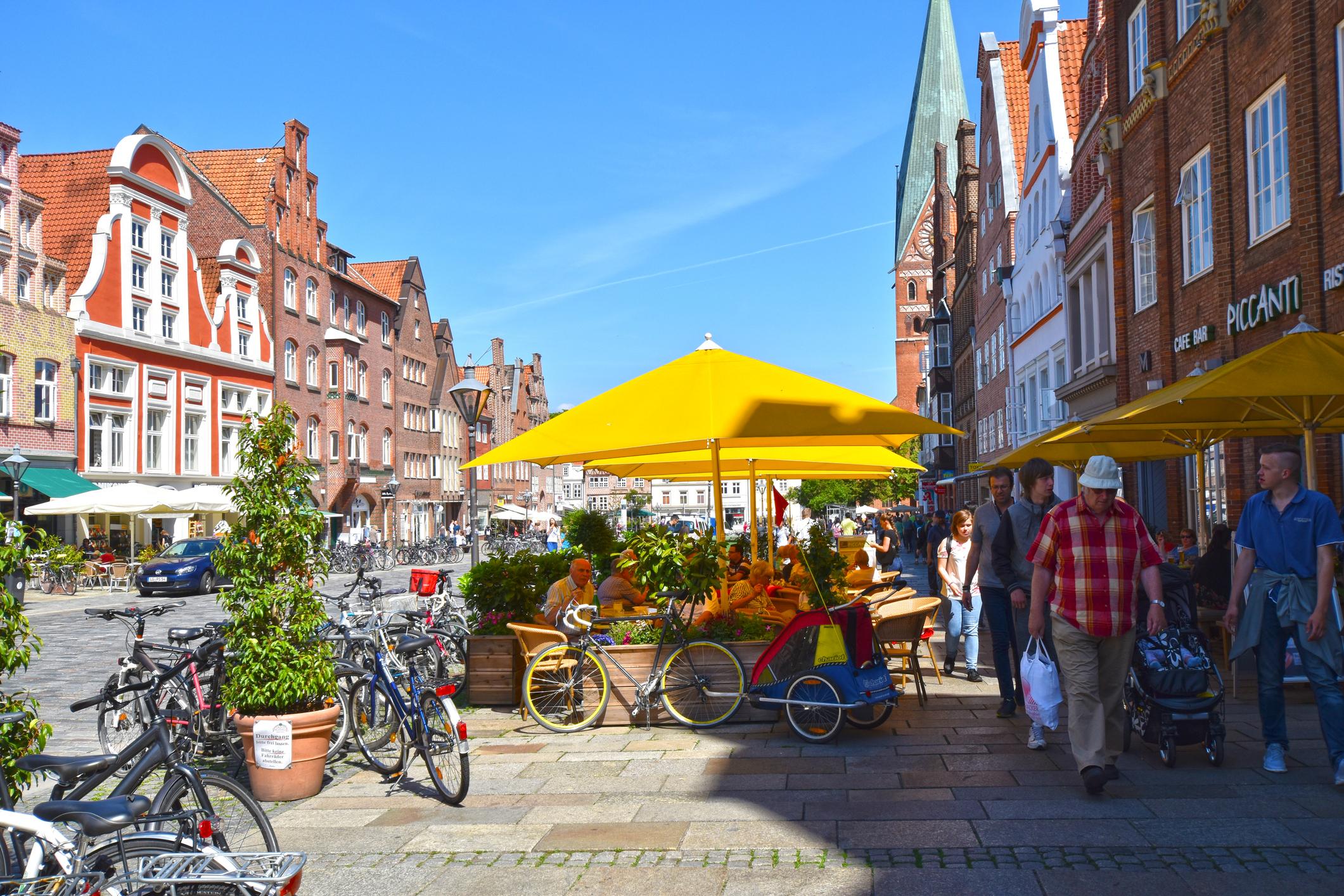 Люнебург<br /> През Средновековието град Люнебург на река Илменау е бил най-големият доставчик на сол за цяла Северна Германия. Солта, добивана там, е била товарена на кораби, с които през реките Илменау и Елба е стигала до Северно море. Местният музей на солта показва колко голяма роля е изиграла тя за развитието на града.