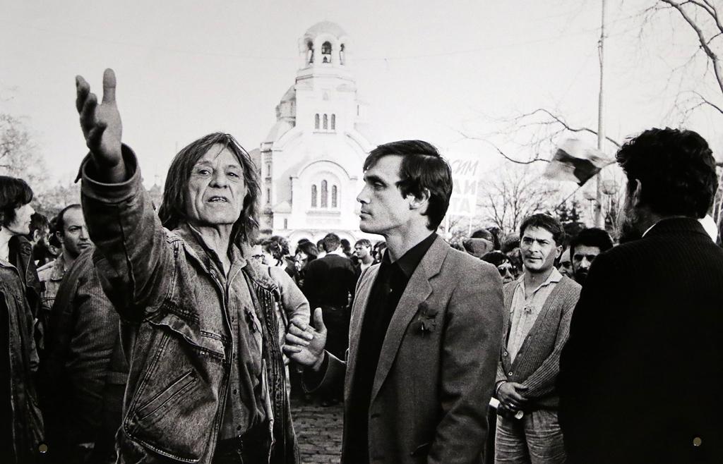 """Петър Слабаков и Александър Каракачанов 3.11.1989. Начало на шествието на """"Екогласност"""" на 3 ноември 1989 г. - първата организирана масова улична опозиционна проява в България от края на 40-те години до падането на Живков, който е свален седмица по-късно."""