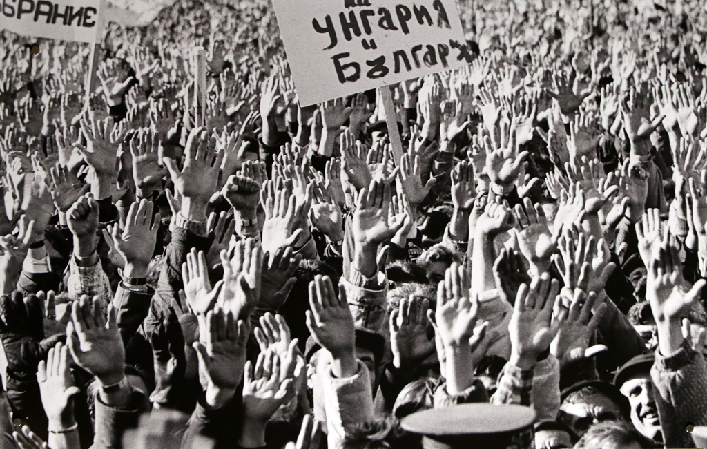 18.11. 1989 Митингът гласува вот на доверие на Петър Младенов за 1 година