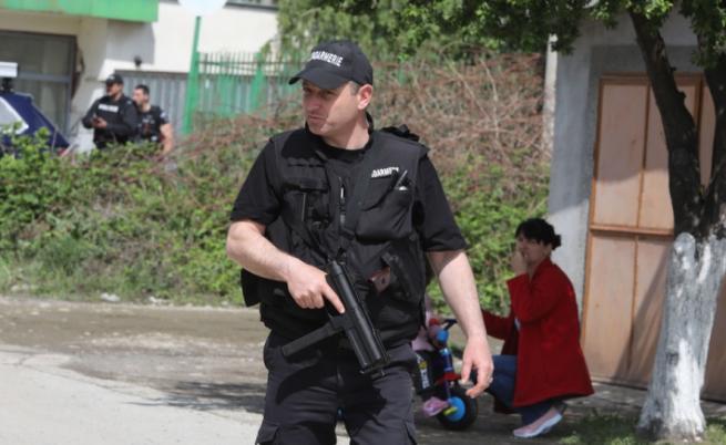 Костенец остава под блокада, открито е оръжие