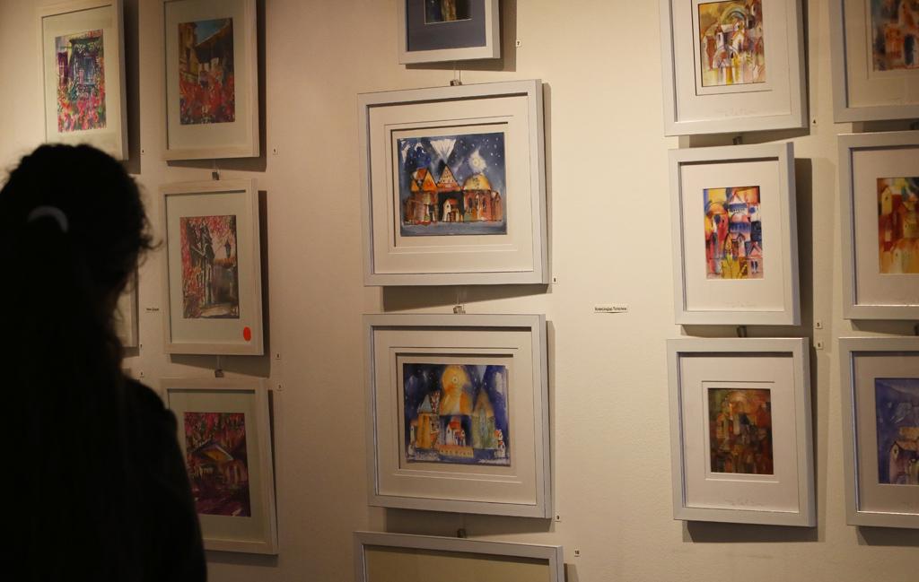 Целта на изложбата е да отправи предизвикателство към художниците като им даде свобода в избора на тема, но ги ограничи във формата. Задачата е допълнително усложнена от избора на акварела като изразно средство. Макар и една от най – красивите изобразителни техники, акварела е капризен, труден за овладяване и нетъпящ неумение и несигурност. За да се постигне красота трябва да го овладееш, да използваш богатството от нюансите на цветовете, на плътностите и преливките и да постигнеш баланс и хармония. Подобна магия може да се сравни само с майсторството на бижутера ювелир, който създава бижу и няма право на грешка ако иска да създаде нещо неповторимо.