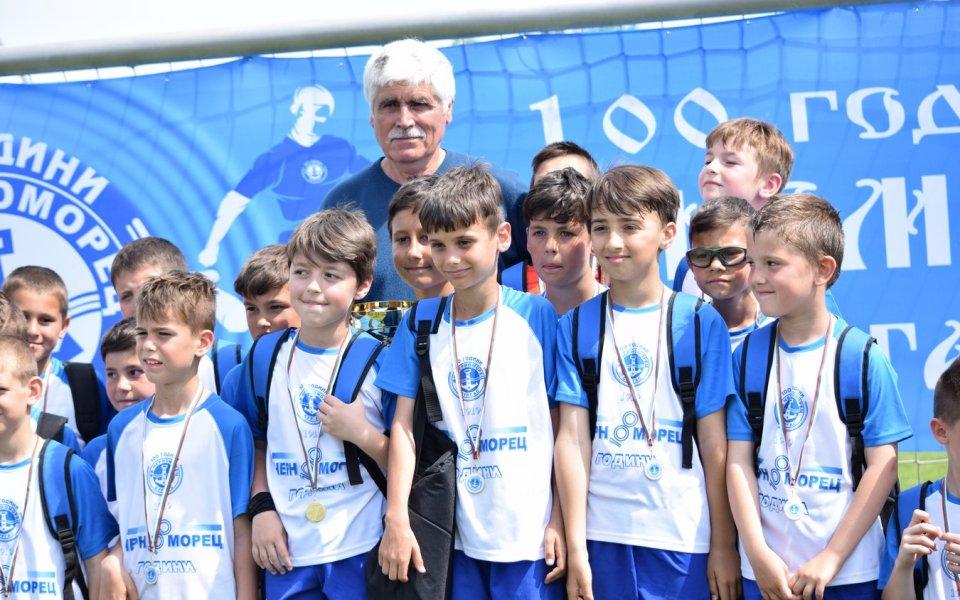 Черноморец привика трима ученици на тренировки с първия отбор