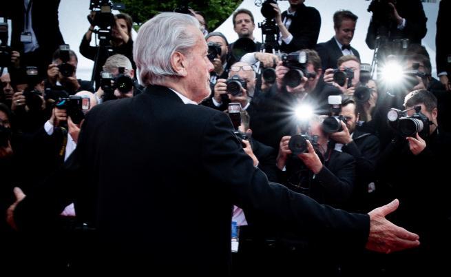 Въпреки протестите, Ален Делон през сълзи взе своята награда