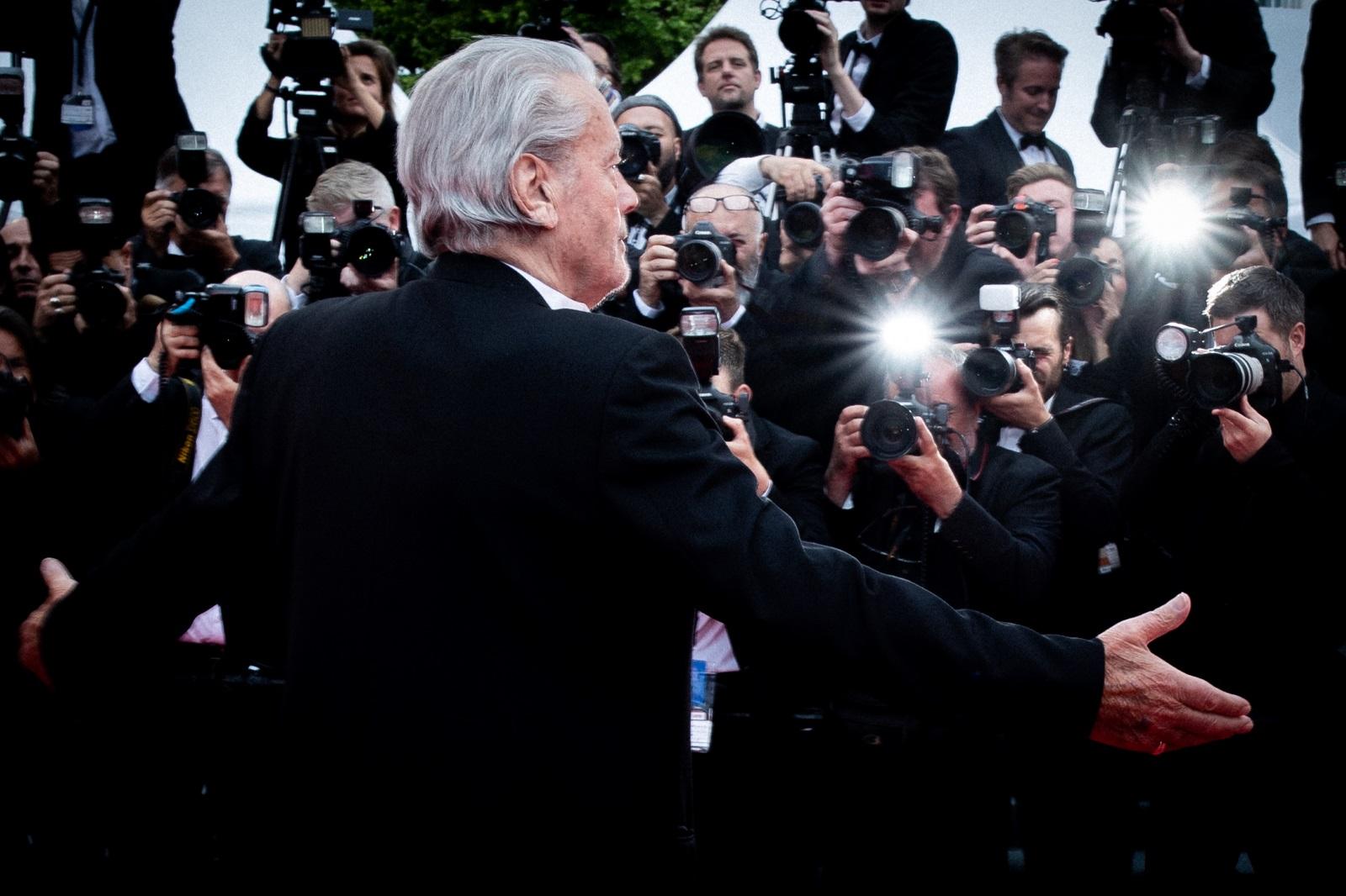"""Ален Делон получи почетната """"Златна палма"""" на кинофестивала в Кан. Легендата на френското кино бе удостоен с тази чест като признание за цялостното му творчество и работа. Филми с негово участие цели седем пъти са били включвани в конкурсната програма на кинофестивала досега, но той никога не е получавал награда, отбелязва агенция АФП."""