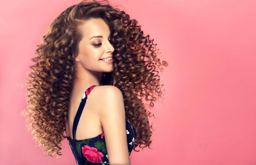 <p><strong>Трайно къдрене</strong> - Перманентното къдрене изтощава косата и я лишава от блясък. Така желаният обем&nbsp;е постигнат изцяло заради изкуствените къдрици, които създават илюзията за гъстота. Ако искате женствени и красиви вълни, изберете по-щадящи методи с временен ефект като ролки или маша за къдрене.</p>