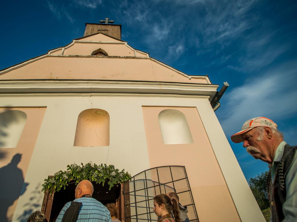 Статуята на светеца се транспортира от близкия параклис с лодка по река Суговица до главния площад на град Бая.