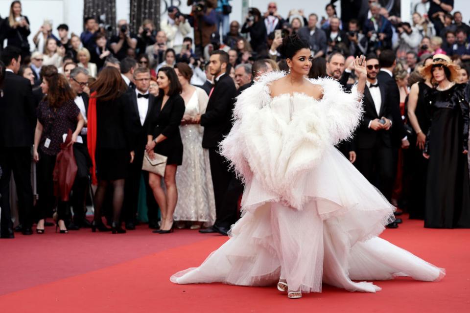 На премиерата на френския филмLa Belle Epoque от Никола Бедопо червения килим стъпиха имена като Марион Котияр, Наталия Водянова, Уилям Дефо иАйшвария Рай., Индийската актриса обаче привлече вниманието към себе си, появявайки се катобял лебедна червениякилим. Тя бе избрала прекрасен тоалет от Ashi Studio.