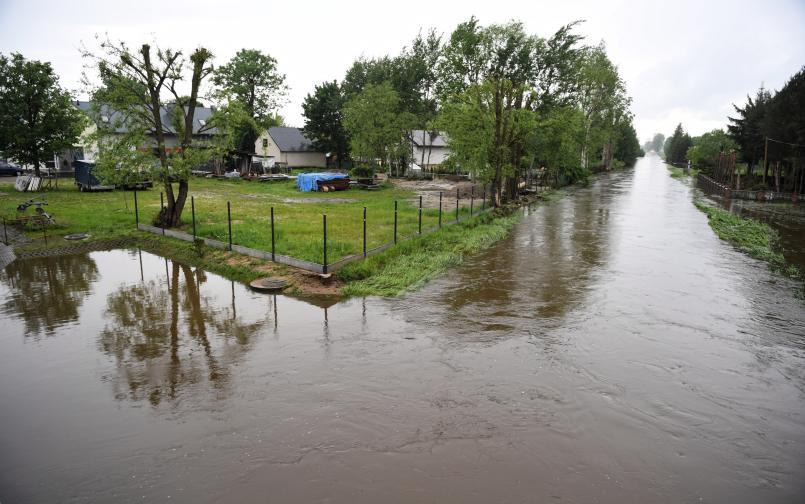 През последното денонощие в някои части на Полша паднаха дъждове в количество, равно на месечната норма за сезона. На места е обявена опасност от наводнения. Части на полската армия ще участват в преодоляването на последиците