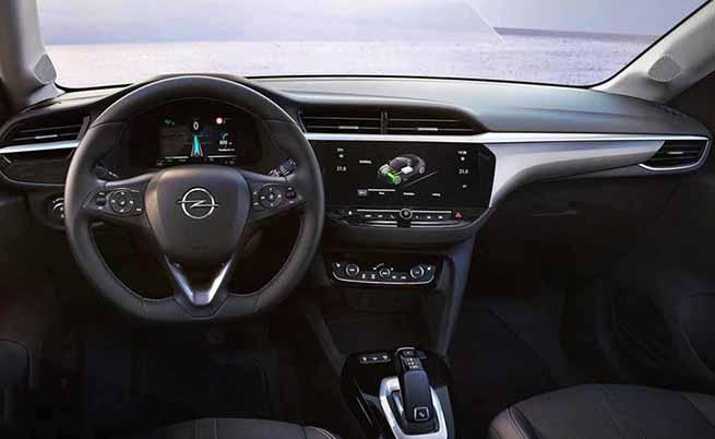 Интериорът е типичен за Opel, като скоростният лост е зает от Peugeot.