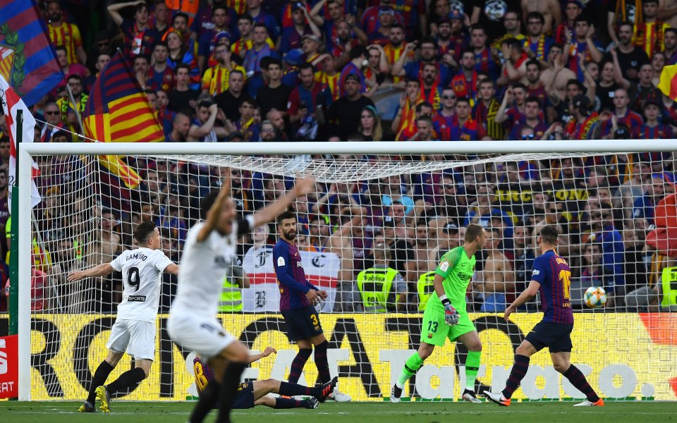 Испанският шампион Барселона се изправя срещу Валенсия във финалния мач