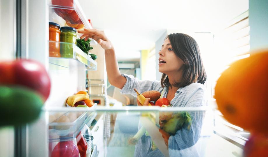 <p>Не всичко е за хладилника - Ако имате голям хладилник, вероятно е да слагате всичките си продукти в него. Колкото и да е удобно да не разделяте продуктите на няколко места, някои от тях е по-добре да останат отвън. Това са ябълките, бананите, доматите и картофите. Когато са в хладилника, те зреят по-бързо. Така вместо да ги запазим, ние съкращаваме времето им на годност.</p>