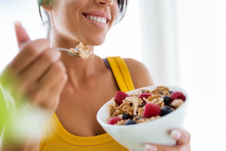3.Балансирайте нивата на кръвната захар<br /> За да поддържате баланса в нивата на кръвната захар, е необходимо да хапвате редовно през деня. Ако е необходимо, между храненията могат да се консумират леки здравословни закуски катохумус, зеленчукови пръчици, сушени плодове, ядки, микс от семена.<br />