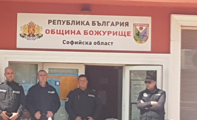 Арестуваха кмета на Божурище и заместника му