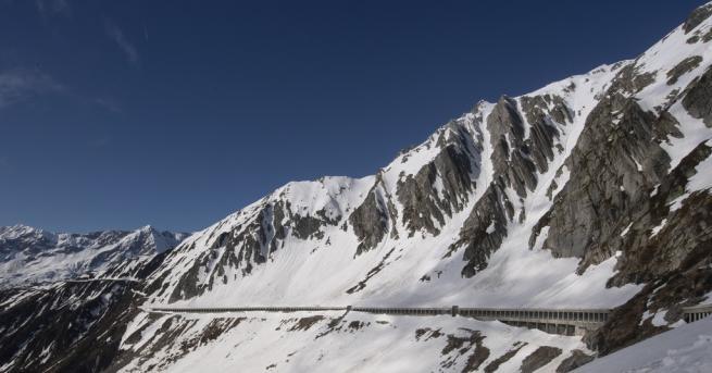 Свят Сняг в Румъния Туристите били летно облечени, в планината