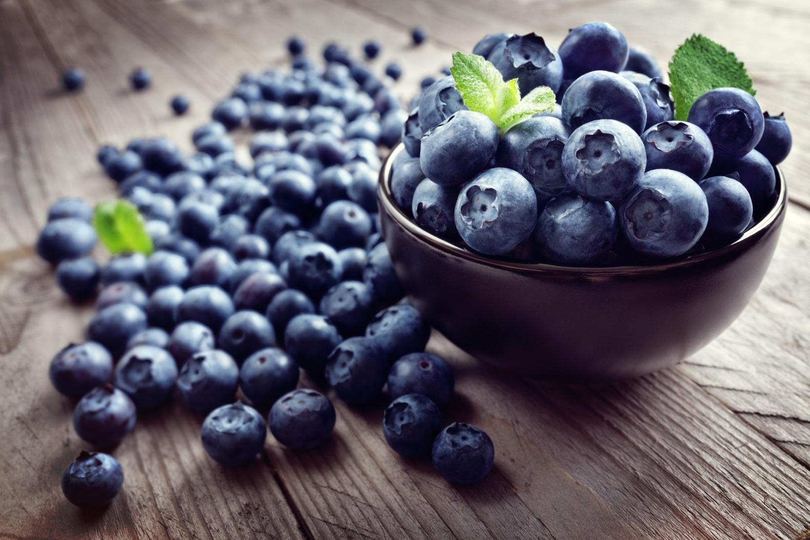 <p><strong>Боровинки</strong></p>  <p>Те имат впечатляващ хранителен профил и са особено богати на фибри, витамин С, витамин К и манган. Боровинките също имат изключително високо съдържание на антиоксиданти и са известни с мощното си въздействие върху имунната система.</p>