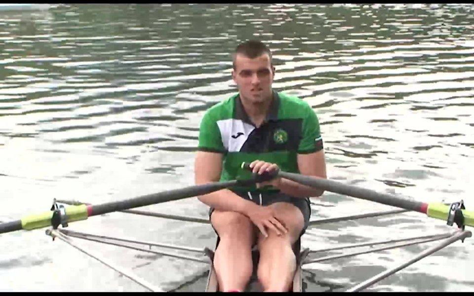 Преди пет години един млад спортист се качва в лодката