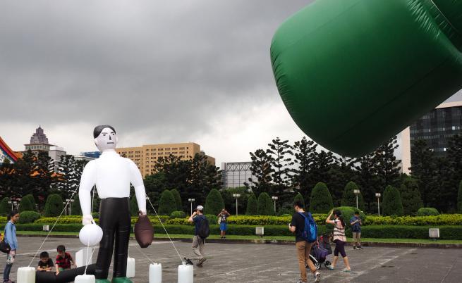 Творец пресъздаде в Тайван образа на човека срещу танка на площад Тянанмън с надуваеми фигури, за да отбележи 30-та годишнина от кървавите студентски демонстрации