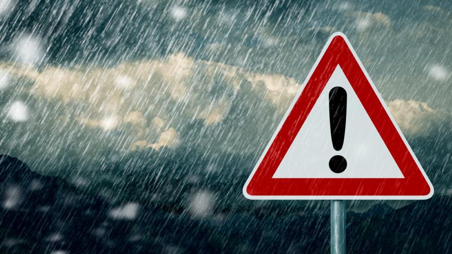 Пороен дъжд наводни къщи в Котел, евакуирани хора