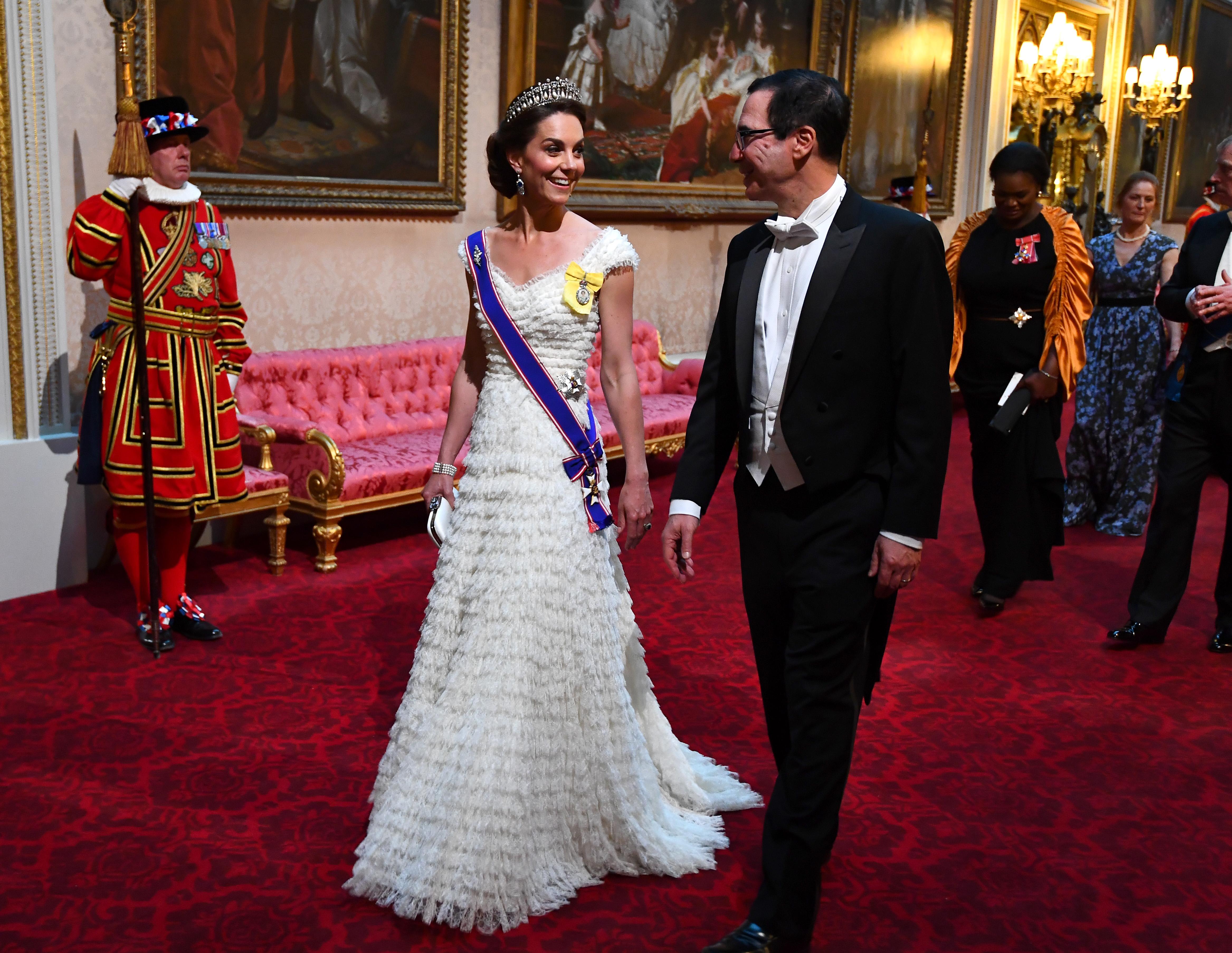 На банкета херцогинята на Кембридж - Кейт, пък отдаде почит на покойната Даяна, като беше сложила нейна любима диадема. Тя беше избрала и обеци със сапфири и диаманти на кралицата-майка. Съпругата на принц Уилям носеше бяла рокля на Александър Маккуин за тържественото събитие.