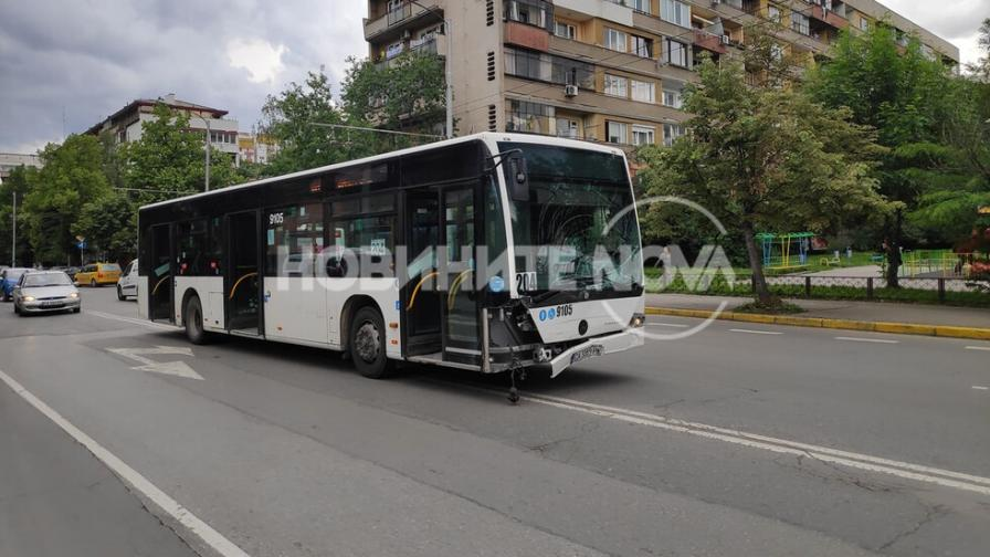 Автобус помете две коли в София