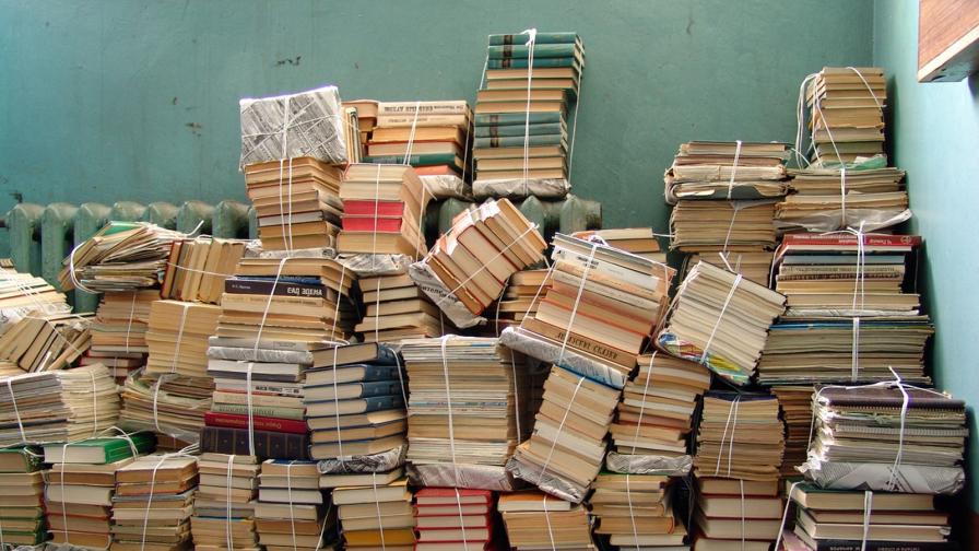 <p>Тези мъже спасяват книги от боклука</p>
