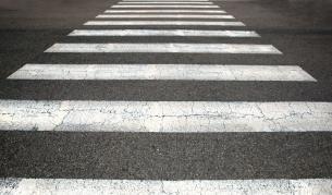 Мъж блъсна възрастна жена на пешеходна пътека и се укри