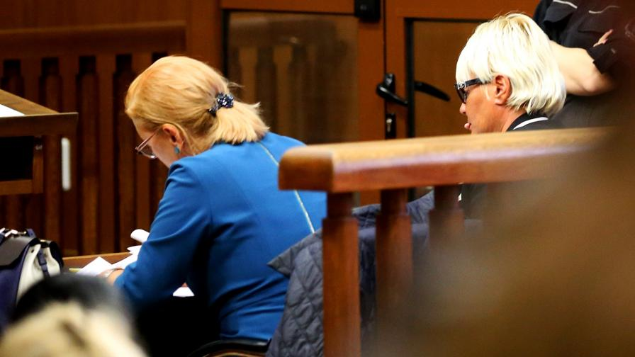 Маринела Арабаджиева (вдясно) в съда