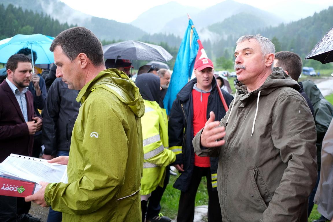 На Деня на героите, който се отбелязваше вчера, етнически унгарци направиха жива верига и се молиха пред оградата на гробището, а неколкостотин румънци от крайнодесни организации дойдоха, за да почетат своите герои. Някои румънци влязоха в сблъсък с жандармеристите, които направиха кордон в опит да раздалечат двете групи, информират румънските медии.