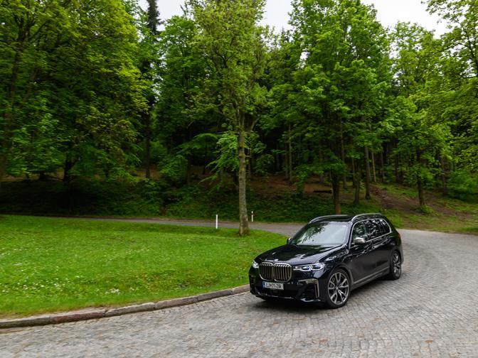 Най-големият модел в баварската гама не е нищо друго, а една супер лимузина, но във формата на най-предпочитания клас автомобили в момента. Не отстъпва по нищо на Серия 7, а в някои направления дори я превъзхожда.