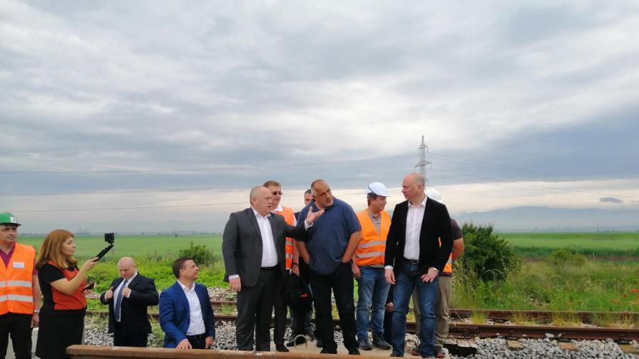<p>Борисов слезе от джипа, качи се на влак&nbsp;</p>
