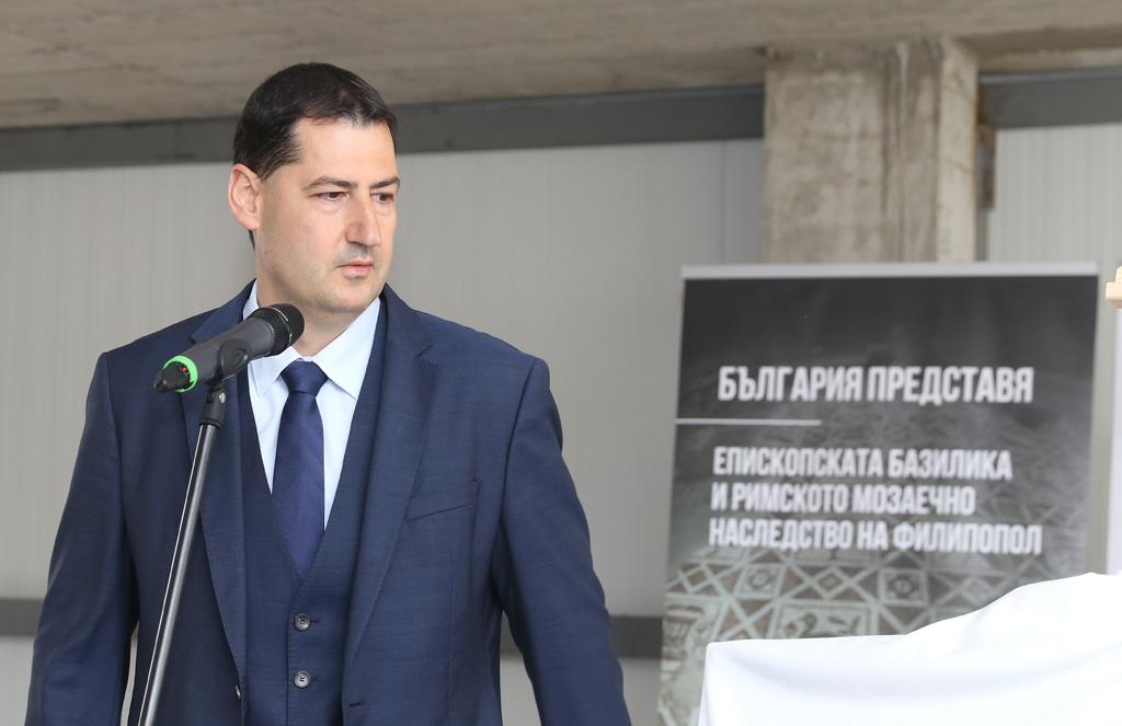 Кметът на Пловдив Иван Тотев благодари за подкрепата и възможността да бъде разказана историята на Епископската базилика на Филипопол, паметник на приемствеността между различните времена и култури.