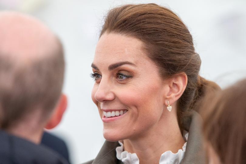 <p>Херцогът и херцогинята на Кеймбридж Уилям и Кейт са на посещение в Кесуик, графство Кумбрия. По време на визитата си те се разходиха сред събралата се да ги види тълпа от граждани и там Катрин Мидълтън се натъкна на 3 неочаквани приятелчета, а именно - 3 сладки кученца порода шпаньол.</p>
