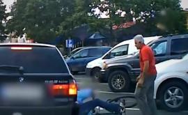 <p>Шофьор брутално удря велосипедист, подпрял се на колата</p>