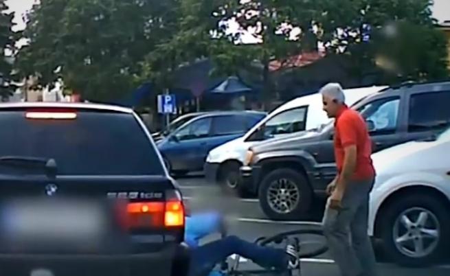 Шофьор брутално удря велосипедист, подпрял се на колата