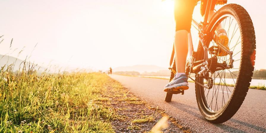 Колоездене<br /> Подобно на джогинга, страхотна кардио тренировка. Освен че топите килограми, с колелото отлично ще стегнете бедрата и корема.