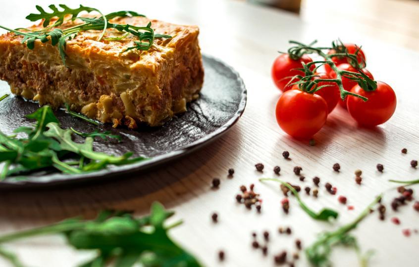 <p>На първо място продуктите, с които готвите, трябва да бъдат качествени. Без съмнение това е критерий, който важи за всяка една&nbsp;гозба, за да бъде сполучлива. Убедете се, че картофите, които използвате и които са основната съставка на мусаката, са от хубав сорт, по възможност - домашни.</p>