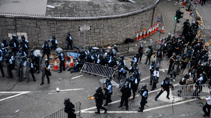 Десетки ранени след сблъсъци при масовите...