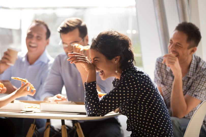 <p><strong>Компанията ти е недружелюбна&nbsp;и разпространява&nbsp;слухове</strong></p>  <p>Разбира се, няма нищо лошо да прекарваш обедната почивка в малка групичка и&nbsp;да общуваш с тесен кръг колеги. Когато обаче компанията&nbsp;не е отворена към други хора, но пък редовно обсъжда слухове за тях, това се нарежда&nbsp;сред основните фактори за създаване на токсична работна атмосфера.</p>