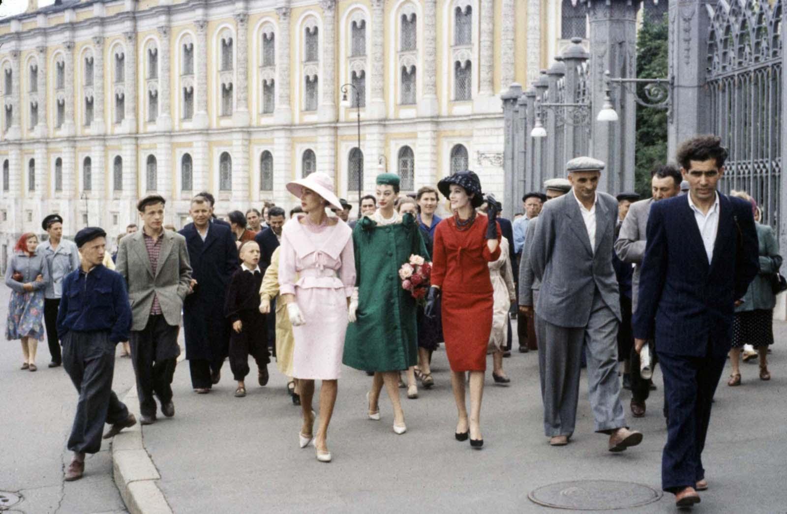 1959: Заобиколени от тълпа от хора, три модела на Диор гордо крачат по московските улици.