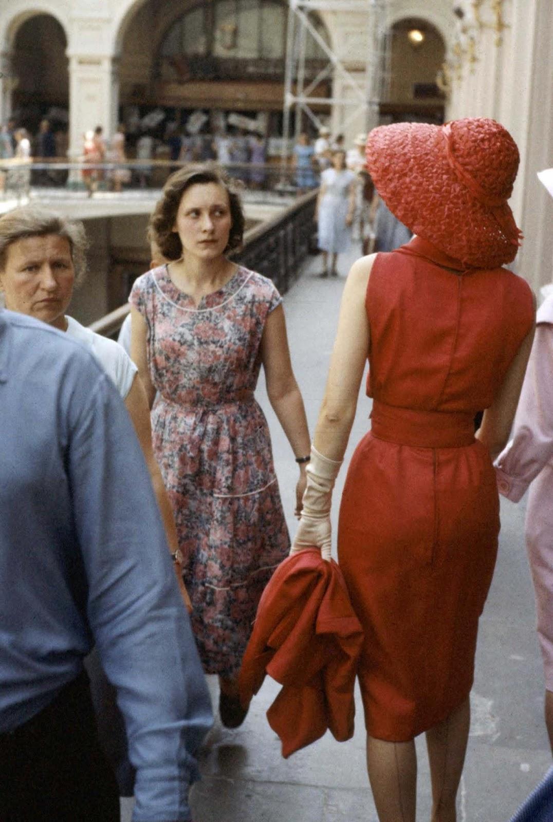 Съветските жени хвърлят поглед на западната мода.