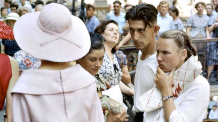<p>1959: <strong>Сблъсъкът на комунизма</strong> със западната мода</p>