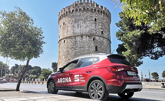 Seat Arona на фона на Бялата кула в Солун.