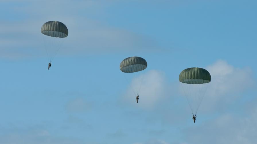 <p>Кой е военният, <strong>загинал</strong> при скок с парашут край Пловдив</p>