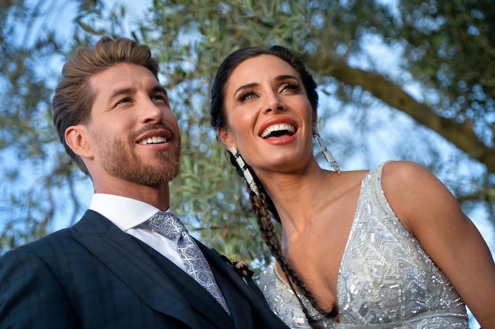 Серхио Рамос и Пилар Рубио вдигнаха пищна сватба с над 500 гости в Испания. Булката изглеждаше изключително нестандартно с черен букет в ръка.