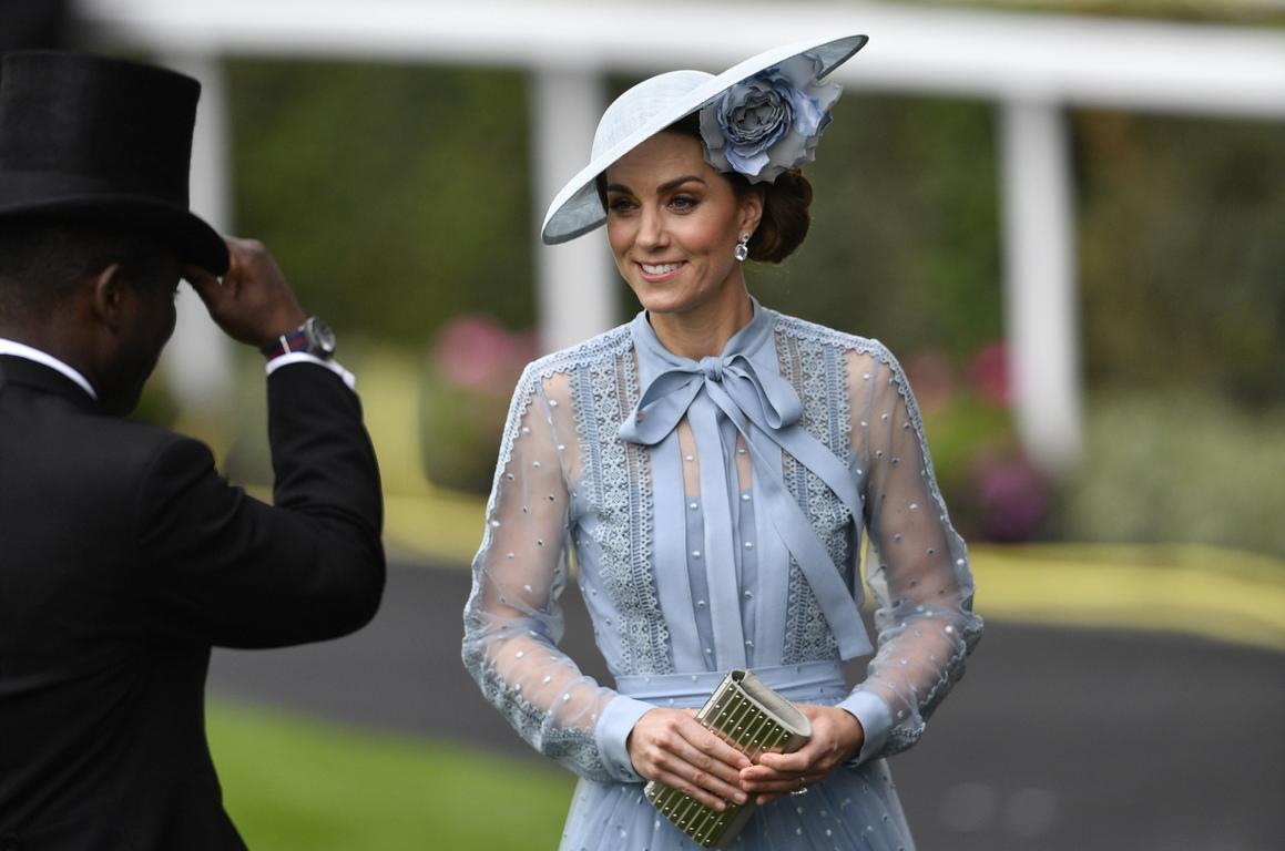 Конните надбягвания Ройъл Аскот продължава пет дни и привлича най-добрите състезатели в областта от цял свят. След като миналата година по това време Кейт Мидълтън беше в майчинство заради раждането на принц Луи, сега тя отново се присъедини към кралското семейство за откриването на надпреварата Роял Аскот.